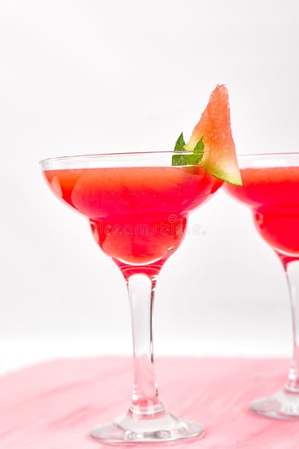 西瓜在桃红色背景的玛格丽塔酒鸡尾酒 新鲜的西瓜柠檬水 免版税库存图片