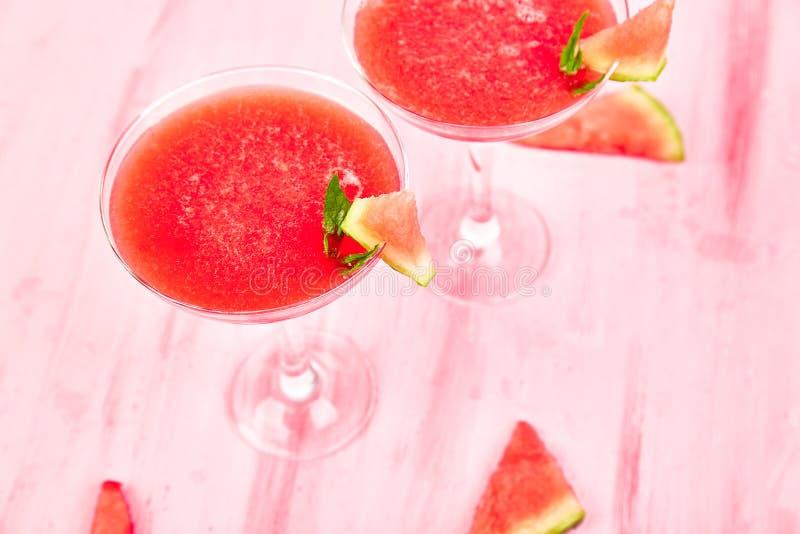 西瓜在桃红色背景的玛格丽塔酒鸡尾酒 新鲜的西瓜柠檬水 库存照片