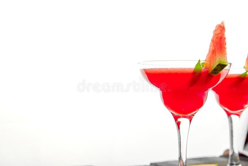 西瓜在白色背景的玛格丽塔酒鸡尾酒 新鲜的西瓜柠檬水 免版税库存图片
