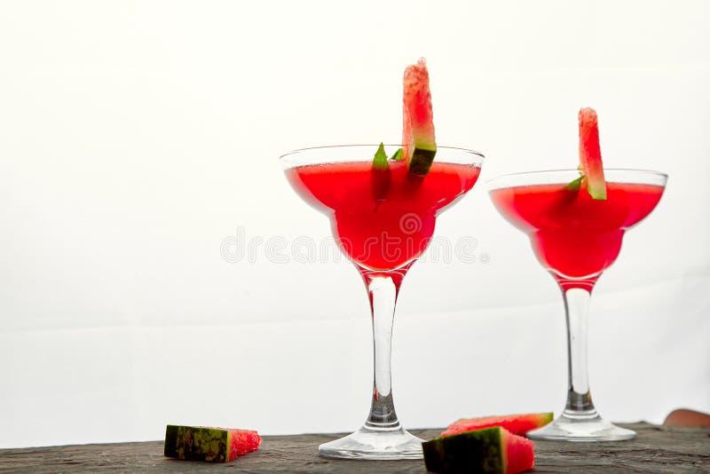 西瓜在白色背景的玛格丽塔酒鸡尾酒 新鲜的西瓜柠檬水 免版税库存照片