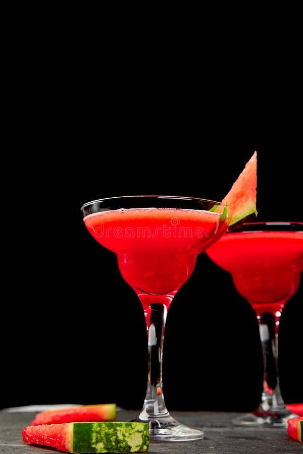 西瓜在黑背景的玛格丽塔酒鸡尾酒 新鲜的西瓜柠檬水用薄菏和冰为夏天集会 刷新 免版税库存照片