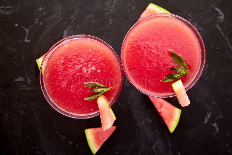 西瓜在黑背景的玛格丽塔酒鸡尾酒 新鲜的西瓜柠檬水 免版税库存照片