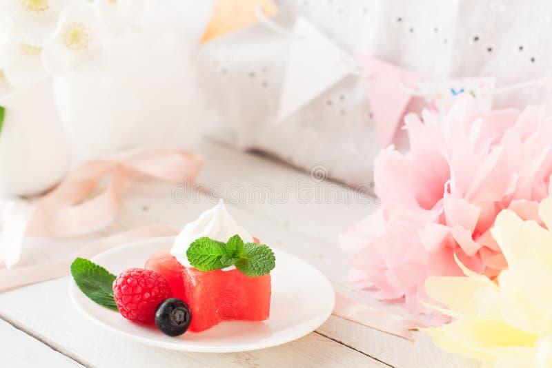 西瓜担任主角用莓果和冰淇凌,生日装饰 图库摄影