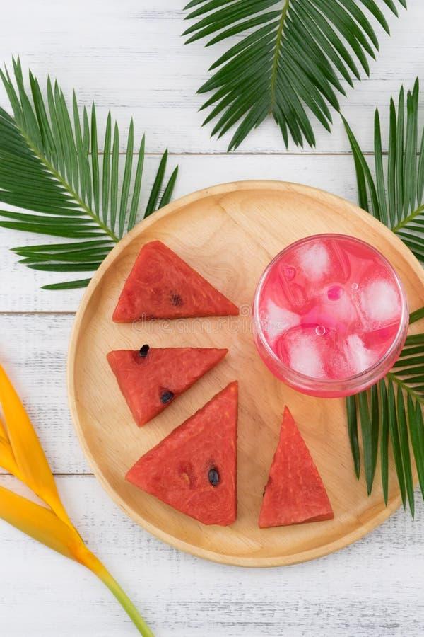 西瓜新鲜的饮料和西瓜在木板材 免版税库存图片
