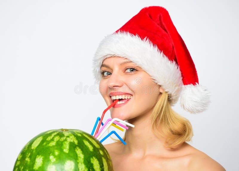 西瓜饮食戒毒所饮料 医疗保健和节食 女孩有吸引力的裸体穿戴圣诞老人帽子饮料汁液西瓜 免版税库存照片