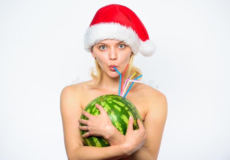 西瓜饮食戒毒所饮料 如何给您的身体基本的戒毒所 女孩有吸引力的赤裸穿戴圣诞老人帽子拥抱 库存照片
