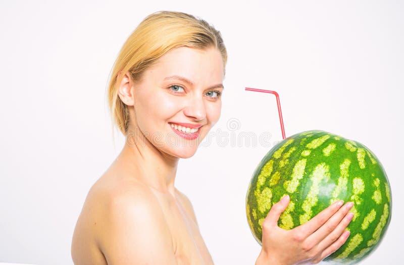 西瓜鸡尾酒饮料 女孩有吸引力的裸体饮料新鲜的汁液整个西瓜鸡尾酒秸杆白色背景 图库摄影
