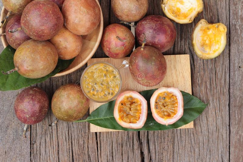 Download 西番莲果圆滑的人是可口的在木背景 库存照片. 图片 包括有 汁液, 种子, 点心, 木头, 射击, 果子 - 72354860