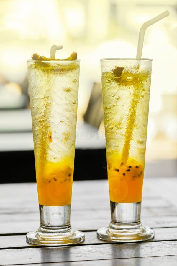 西番莲果柠檬水在桌上的两块玻璃在一个夏天咖啡馆在泰国 免版税库存图片