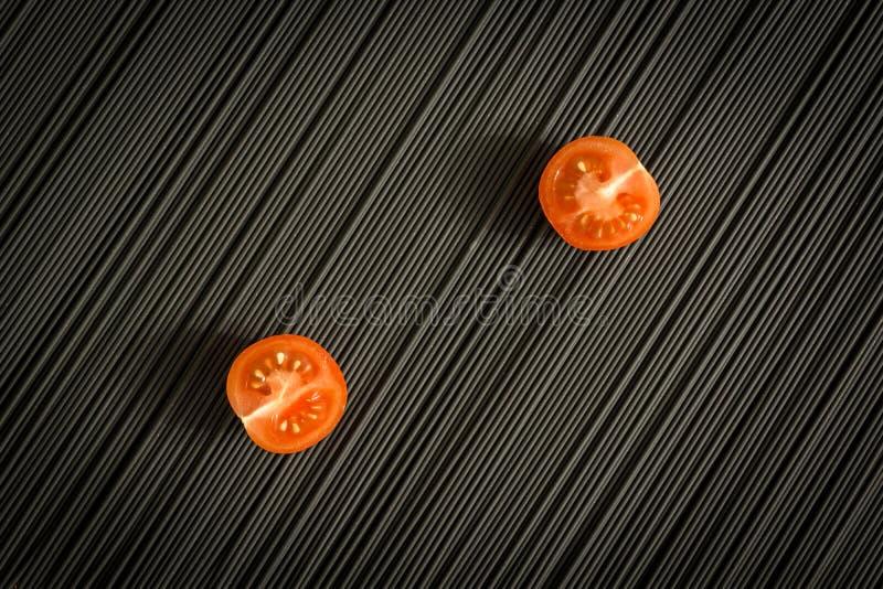 西红柿和未加工的黑面团 库存照片