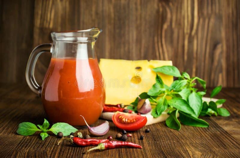 西红柿汁、乳酪、蓬蒿和香料 库存照片