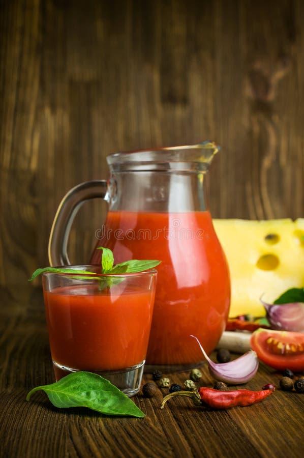 西红柿汁用乳酪、蓬蒿和香料 免版税库存照片
