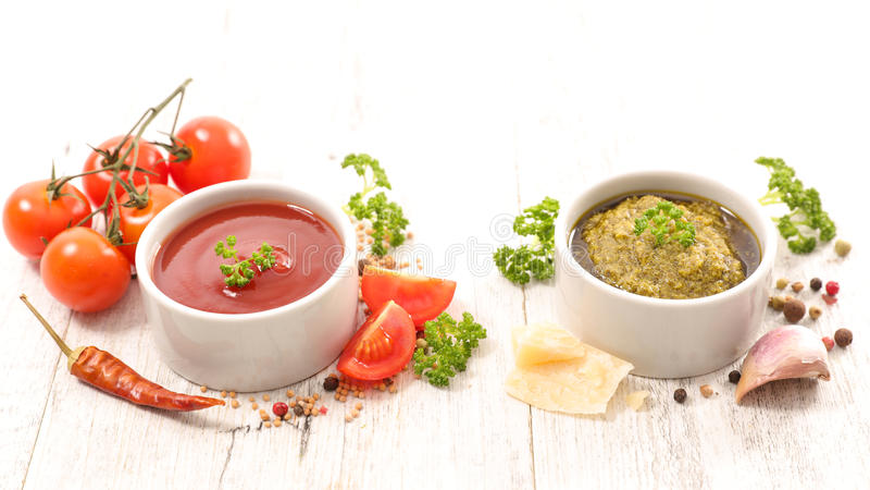 西红柿酱和pesto调味汁 免版税库存图片