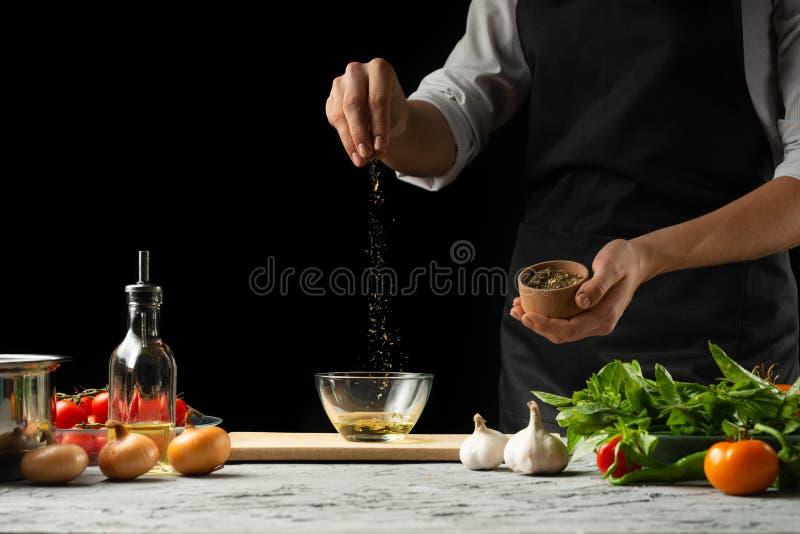 西红柿酱的准备由厨师的手,步的过程在一个黑背景拷贝的厨房里文本  免版税库存照片