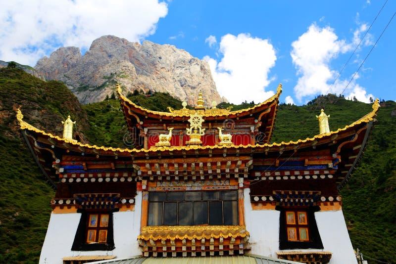 西藏佛教寺庙在Zagana,山包围的西藏村庄 免版税库存照片
