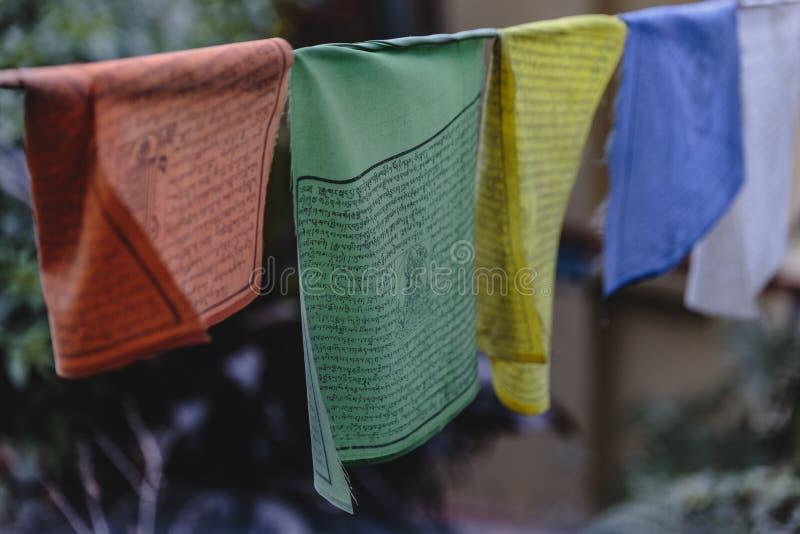 西藏佛教祷告旗子在锡金,印度包括红色,绿色,黄色,蓝色和白色颜色 库存图片