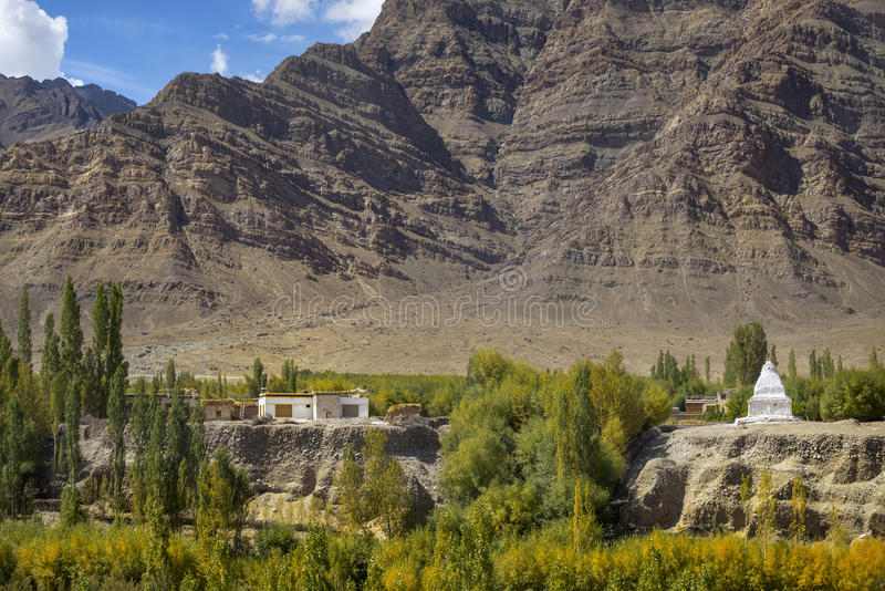 Download 西藏房子和stupa和沙子山背景拉达克,印度风景看法 库存照片. 图片 包括有 传统, 沙子, 风景, 藏语 - 59109210