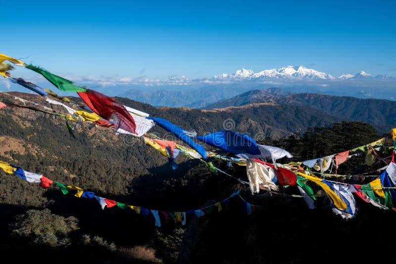 西藏祷告旗子或肺ta和干城章嘉峰高山r 免版税库存图片