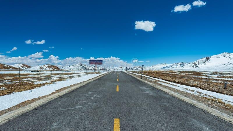 西藏高速公路全景冬天的风景 免版税库存照片