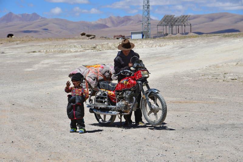 西藏,中国,2018年6月,11日 有他的父亲的小男孩在小村庄Yakra在夏天在好日子 免版税库存照片