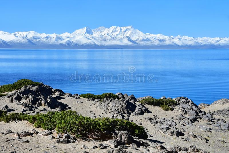 西藏,湖Nam Tso Nam Tso和Nyechen唐格拉山在好日子 库存照片