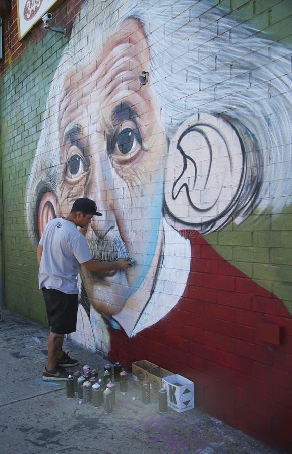 巴西街道艺术家Sipros绘画壁画在东部威廉斯堡在布鲁克林 免版税库存图片