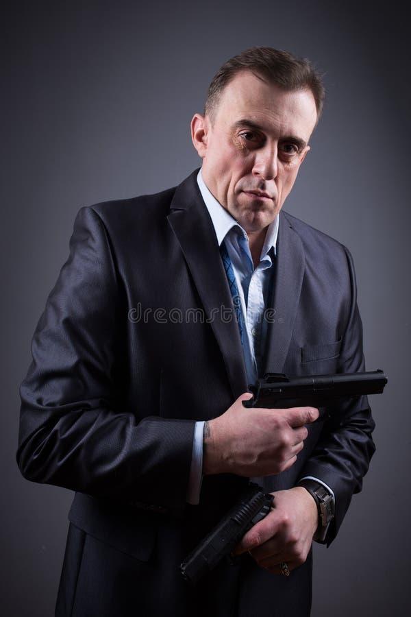 西装的人有枪的 库存图片