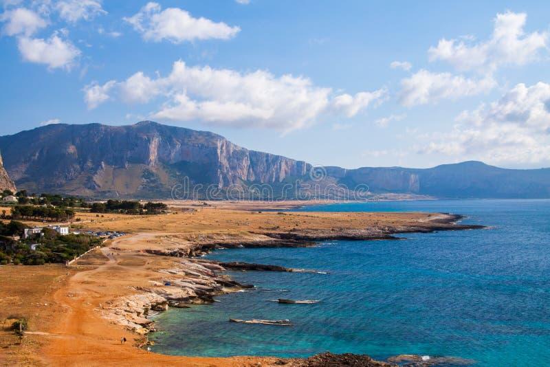 西西里人的岩石海岸线在意大利,夏天旅行的美好的明信片视图在欧洲 免版税库存图片