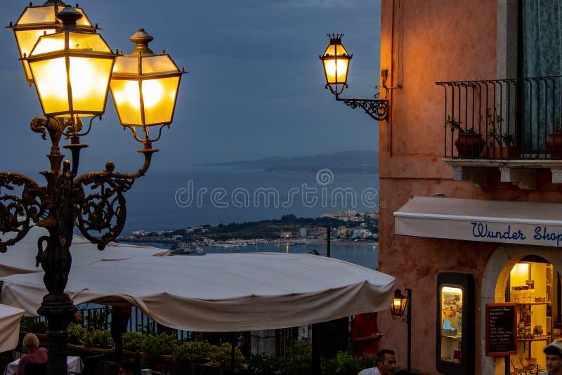 西西里岛从正方形看见的陶尔米纳 图库摄影