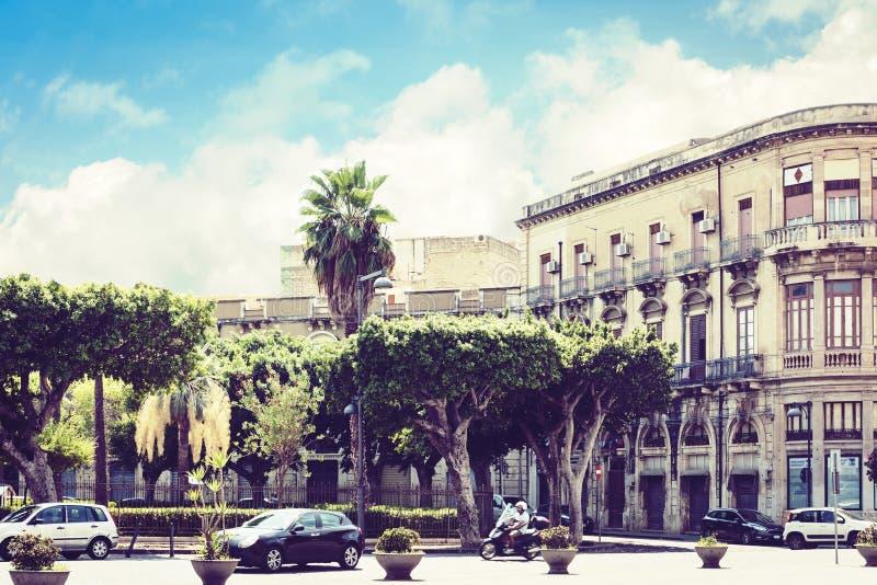 西西里岛风景,老大厦看法在西勒鸠斯西拉库萨,西西里岛,意大利正方形的  免版税库存照片