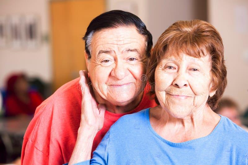 西语裔夫妇在高中微笑 免版税库存照片