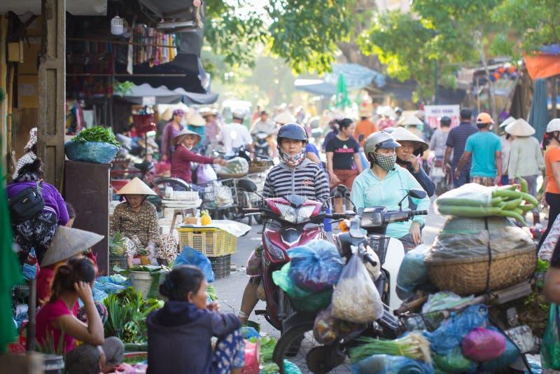 西贡越南2017年6月:繁忙的早晨街道菜市场西贡越南