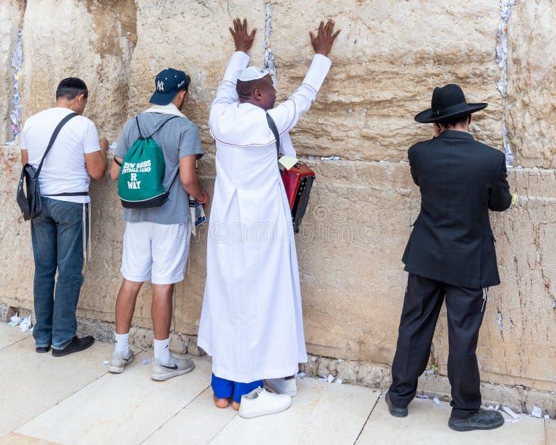 西部墙壁的基督徒和犹太崇拜者 免版税图库摄影