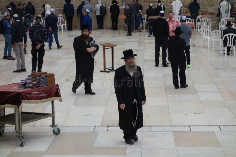 西部墙壁的正统犹太人在耶路撒冷 免版税库存图片