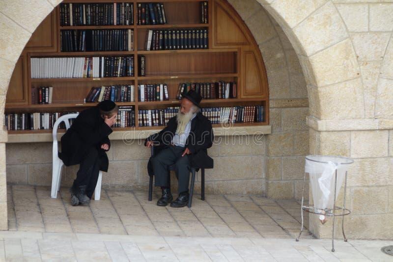 西部墙壁的正统犹太人在耶路撒冷 免版税库存照片