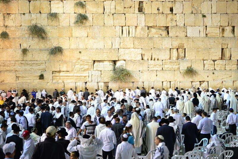 西部墙壁,Kotel,在犹太人的赎罪日,聚集为祷告以色列的犹太人的哭墙耶路撒冷 库存图片