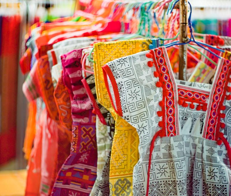 西部泰国的地方衣裳,许多上色,五颜六色的衣裳,地方时尚 免版税库存照片