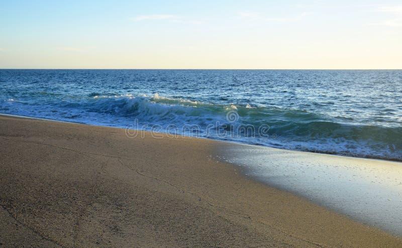 西部街道海滩的海岸线在南拉古纳海滩,加利福尼亚 免版税库存照片