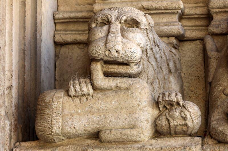 西部门圣徒Trophime大教堂的细节在阿尔勒,法国 Bouches du罗讷, 库存图片