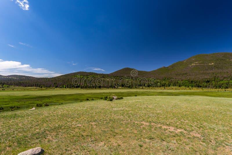 西部马掌公园的Sheep湖足迹里奇路的 免版税库存图片