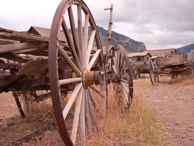 西部鬼城马车车轮 免版税库存图片