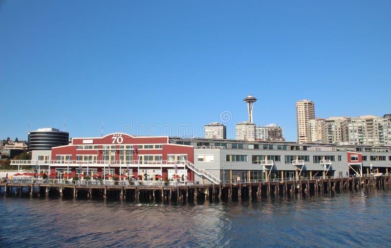 西雅图、华盛顿、2017年9月14日,江边视图有城市地平线和空间针的码头70在背景Wa中 库存图片