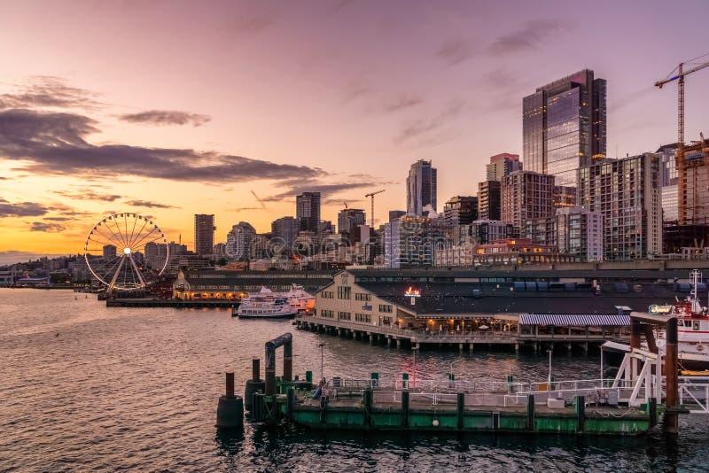 西雅图在黄昏的江边地平线 免版税库存照片