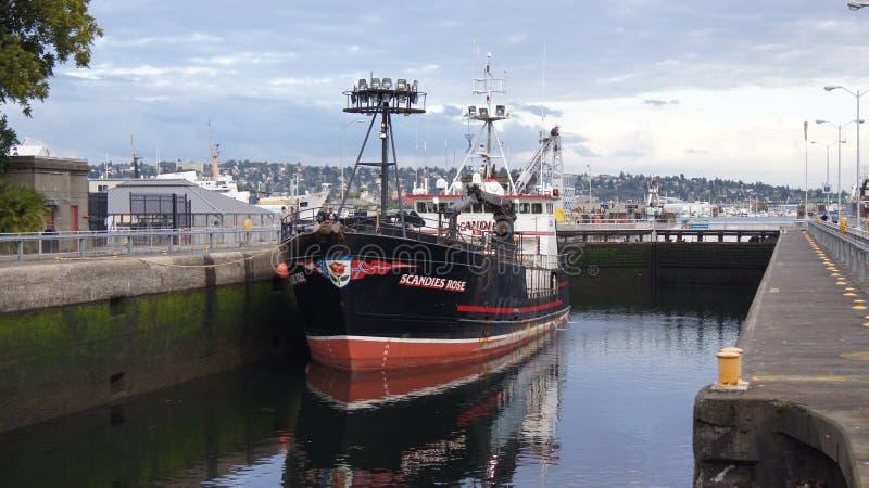 西雅图,华盛顿州,美国-双十国庆, 2014年:Hiram M Chittenden锁与靠码头的大商业性捕鱼船 免版税库存照片