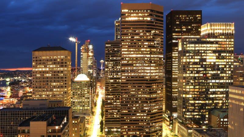 西雅图,华盛顿鸟瞰图市中心在晚上 免版税库存图片