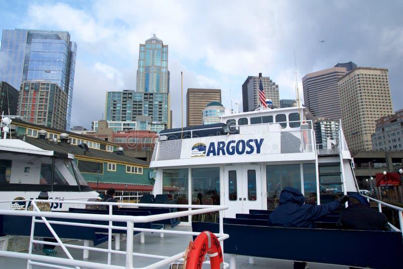 西雅图,华盛顿,美国- 2017年1月25日, :西雅图地平线和江边码头的55,观看从皮热水  库存图片