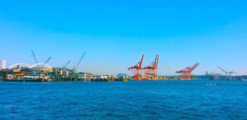 西雅图,华盛顿,美国mai 5日2019年 集装箱船和造船厂起重机,西雅图江边普吉特海湾,太平洋西北地区 库存图片