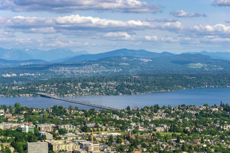 西雅图Leschi空中和遥远的看法有有花边的V Murrow桥梁的在华盛顿湖和绸缎商海岛和Bellevue, 免版税库存照片