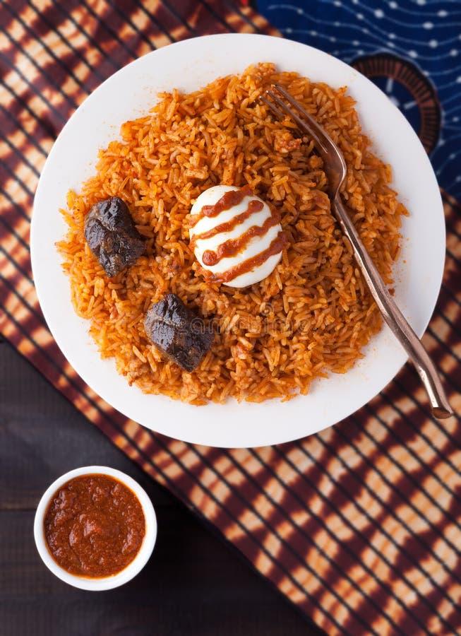 西非米Jollof用牛肉和熟蛋 图库摄影