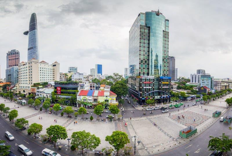 西贡、越南- 2016年5月27日-走与许多豪华商业中心和现代办公楼的阮惠街道 它 库存图片